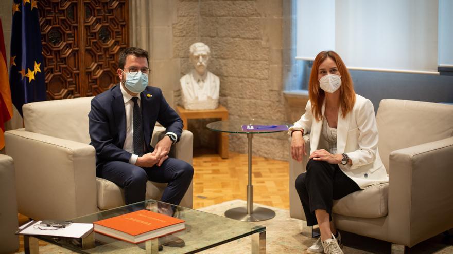 El presidente de la Generalitat, Pere Aragonès, y la líder de los comuns en el Parlament, Jéssica Albiach, en una reunión en la ronda de contactos con los grupos parlamentarios.