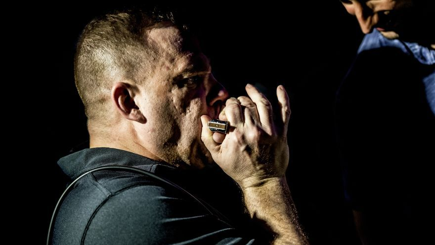 El cantante y armonicista estadounidense Chris O'Leary. | ALEX RODRÍGUEZ