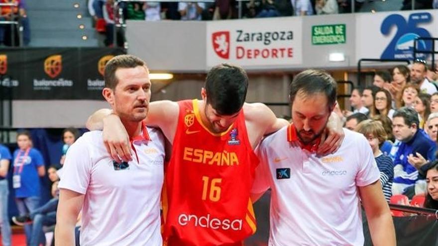Santi Yusta se retira de la cancha este domingo tras la lesión sufrida ante Polonia.