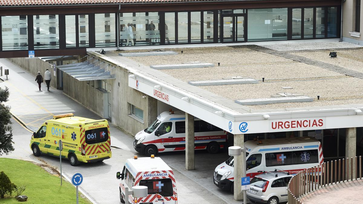 Archivo - Aparcamiento de Urgencias del Hospital Universitario Marqués de Valdecilla.- Archivo.