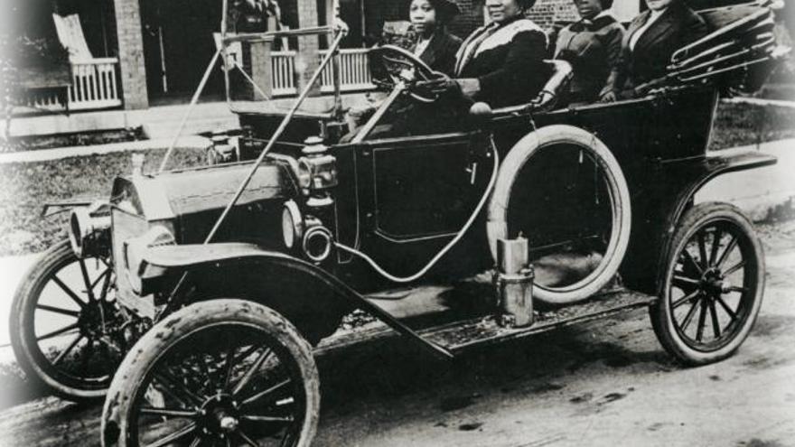 Madame Walker, la verdadera inventora de la plancha para el pelo, al volante de un automóvil