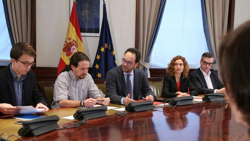 PSOE y Podemos lamentan que, ante la subida de la luz, Rajoy se limite a ejercer de chamán esperando lluvias