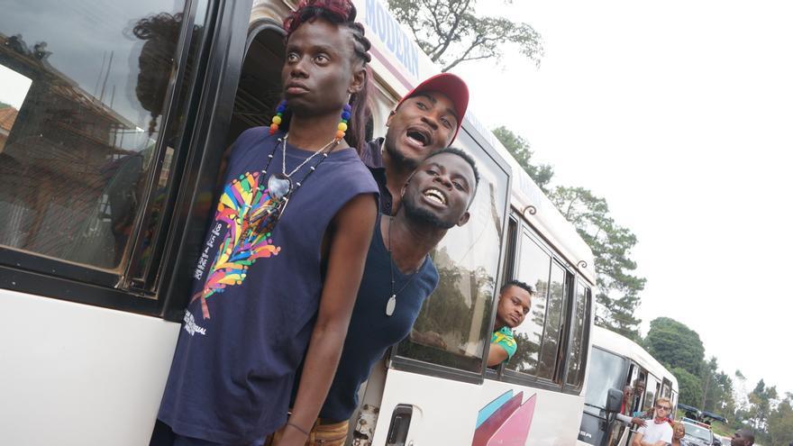 Miembros de la comunidad LGTB protestan después de que la policía impidiese celebrar la fiesta del orgullo gay del 2016