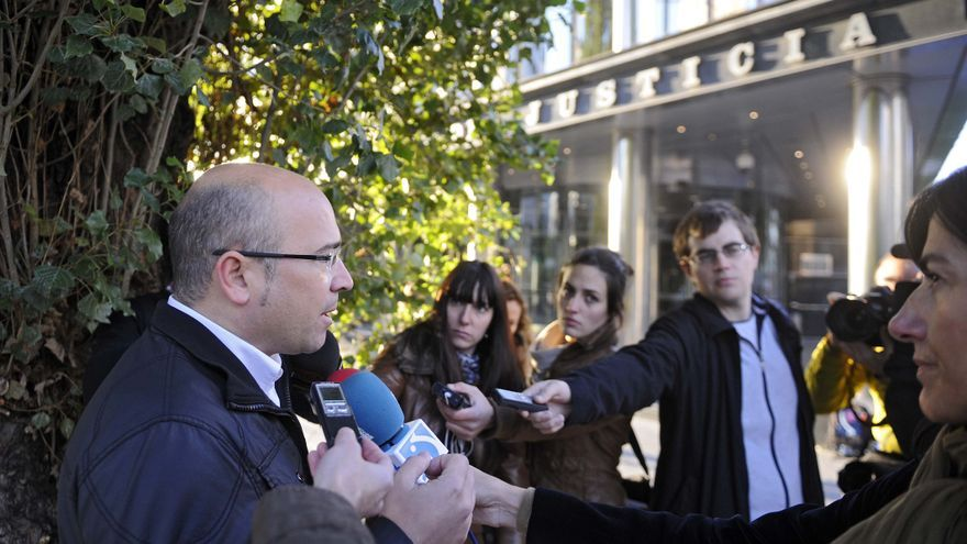 Alfredo de Miguel, con periodistas en el inicio de la investigación por corrupción