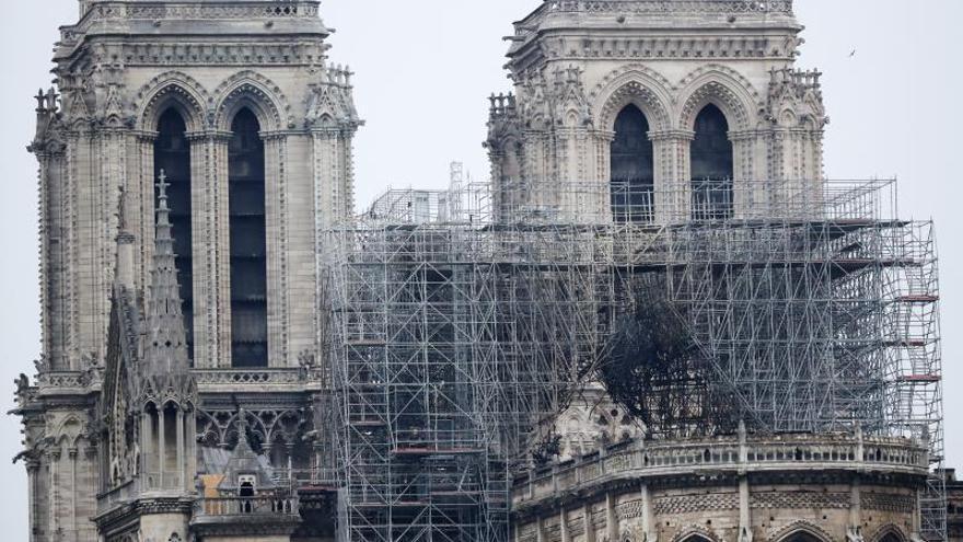 Vista de uno de los andamios destruidos por las llamas en la fachada de la catedral de Notre Dame, este martes en París (Francia)