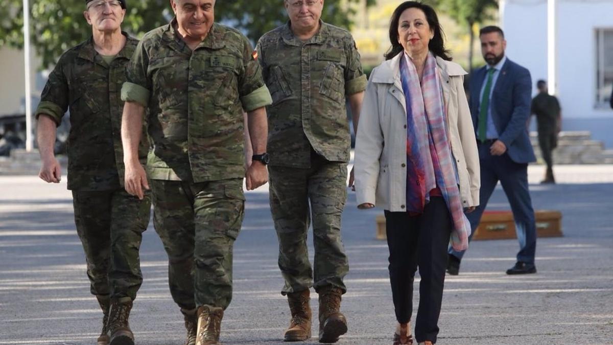 La ministra de Defensa, Margarita Robles, junto al Jefe de Estado Mayor del Ejército de Tierra (JEME), el general Francisco Javier Varela Salas