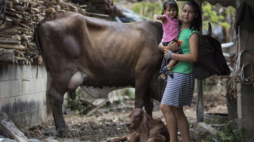 lor sostiene a su hermana en su casa en Las Pinedas