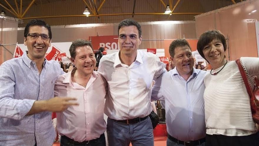 """Page se lleva a su hermano gemelo al mitin de Alcázar con Sánchez: """"Pedro es tan grande que necesito dos"""""""