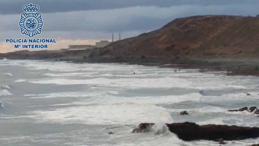 Operativo policial en la playa de Bocabarranco, lugar donde se tiró al mar el delincuente.
