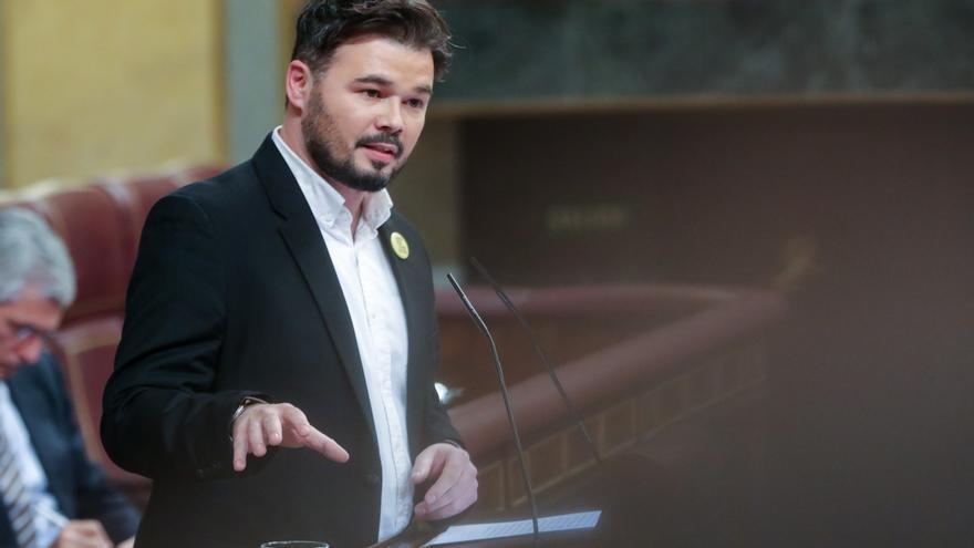 El portavoz adjunto de ERC en el Congreso de los Diputados, Gabriel Rufián, interviene desde la tribuna de la Cámara Baja en la primera sesión del debate de investidura del candidato socialista a la Presidencia de Gobierno en la XIV Legislatura.