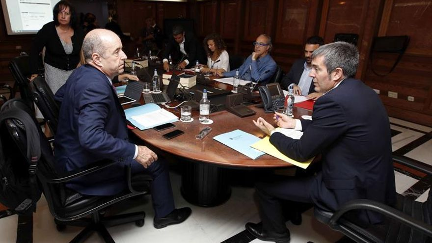 El presidente del Gobierno, Fernando Clavijo (d), y el consejero de Economía, Pedro Ortega (i), durante la reunión del consejo de gobierno.
