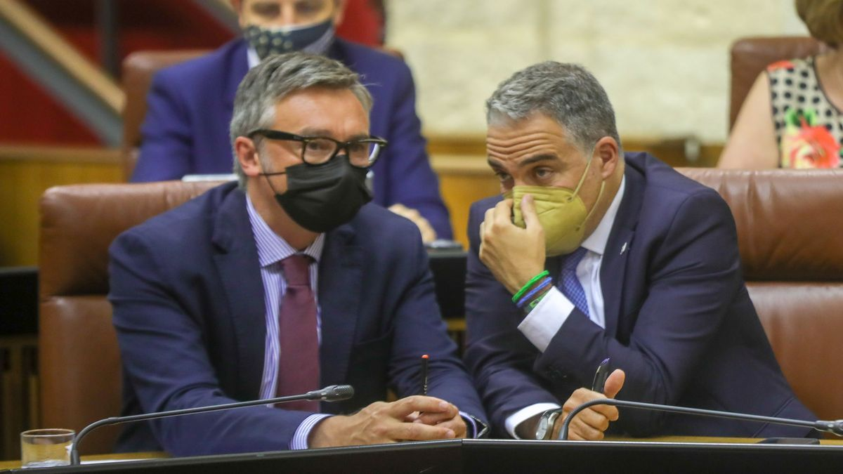 El portavoz parlamentario de Vox, Manuel Gavira (i), conversa con el portavoz del Gobierno andaluz, Elías Bendodo (d)