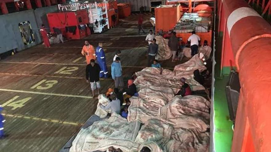 Imagen de los rescatados por el petrolero 'Maridive 601' difundida por Alarm Phone.