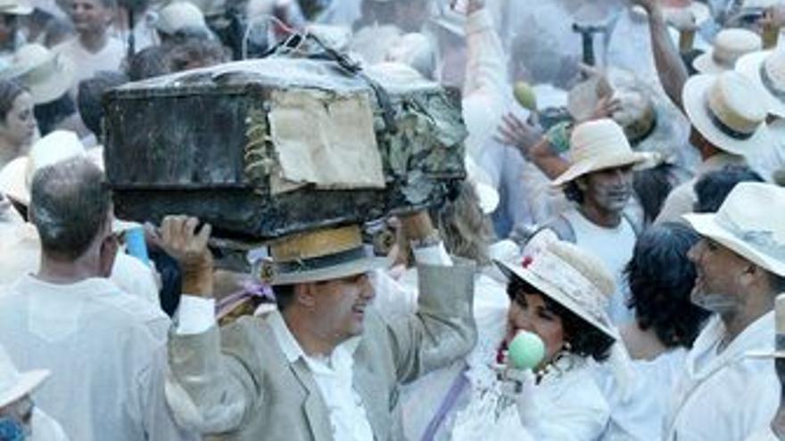 Los Indianos de Santa Cruz de La Palma son más que una fiesta. En la imagen, el jolgorio en pleno frenesí. (CËSAR BORJA)