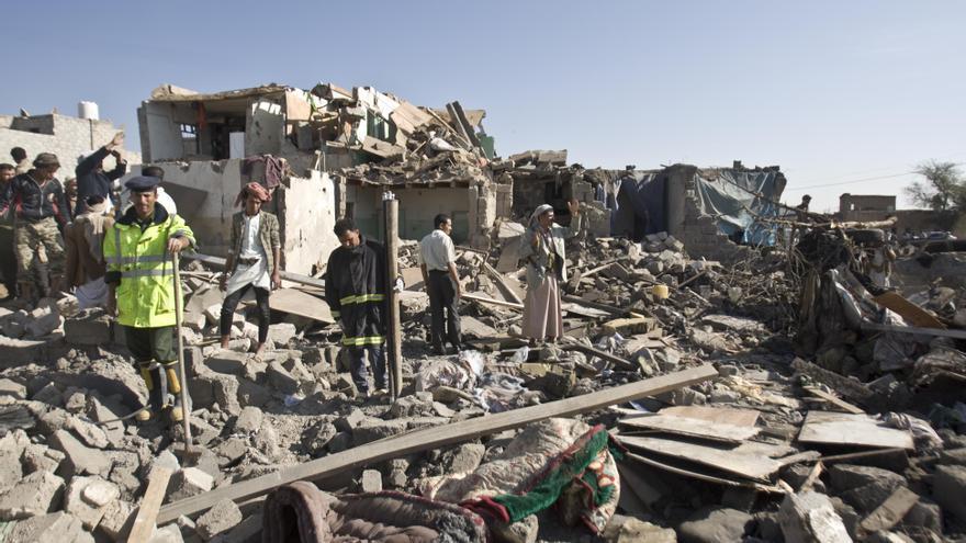 Búsqueda de supervivientes entre los escombros de las casas destruidas por ataques aéreos de la Coalición junto al Aeropuerto de Sana'a (Yemen). ©Bekki Frost/Oxfam