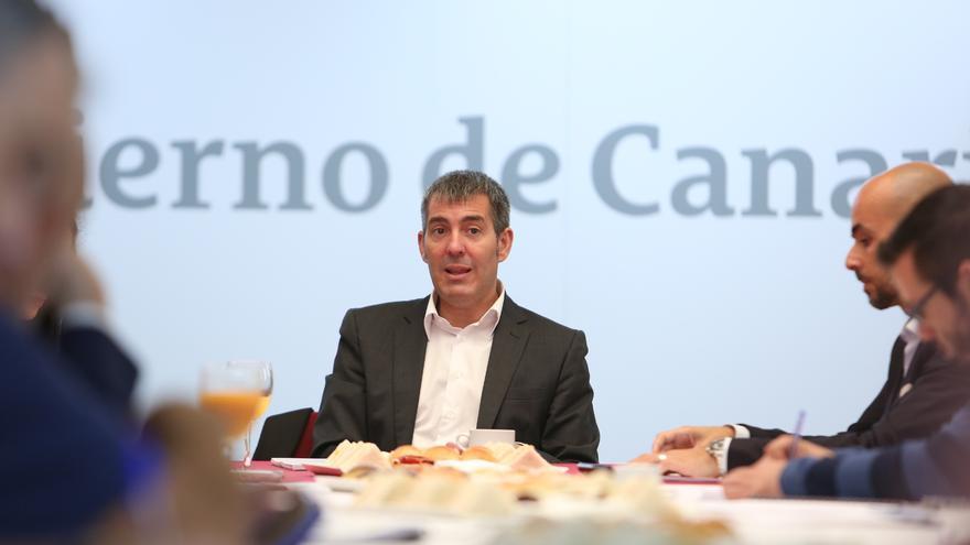 El presidente del Gobierno de Canarias, Fernando Clavijo, haciendo balance de su primer año en un encuentro con la prensa