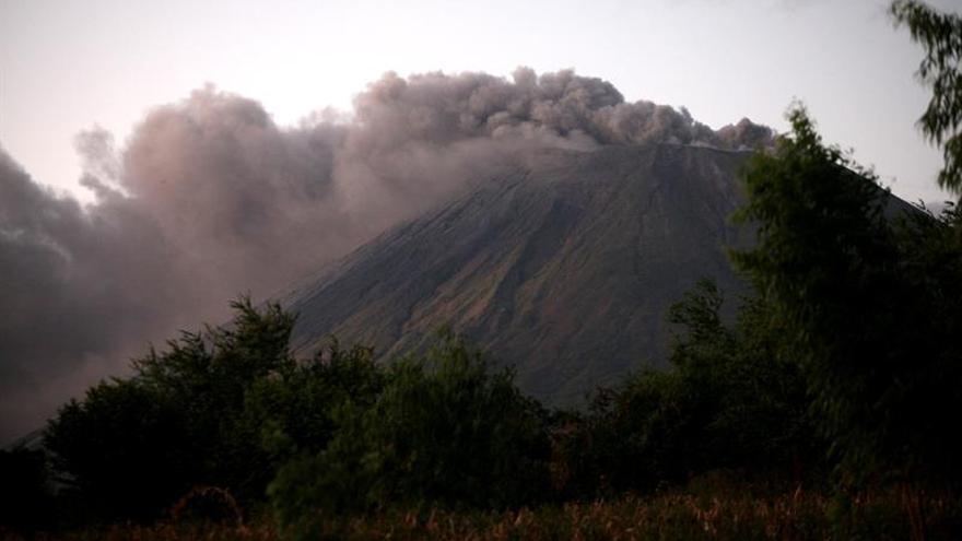 Autoridades recomiendan alejarse del volcán Momotombo de Nicaragua