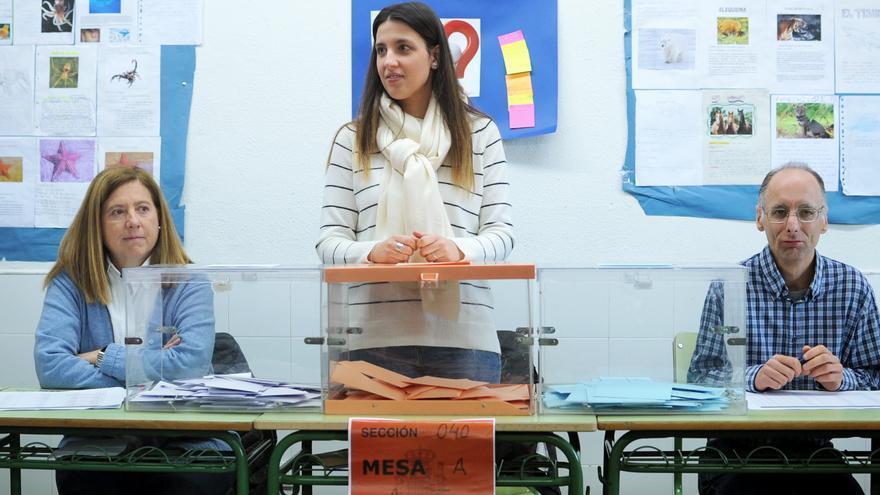 Jesús, a la derecha, el día de su participación en una mesa electoral en el simulacro de febrero.
