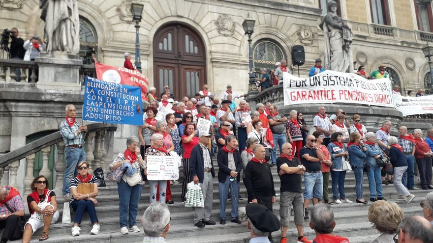 Pensionistas vascos en la primera manifestación tras conocer que se repetirán las elecciones