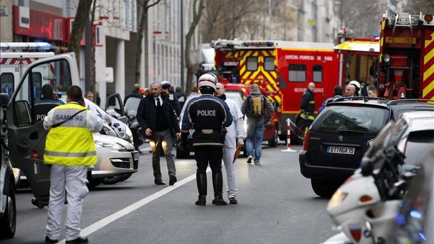 """Un hombre toma rehenes en un supermercado """"kosher"""" en el este de París"""