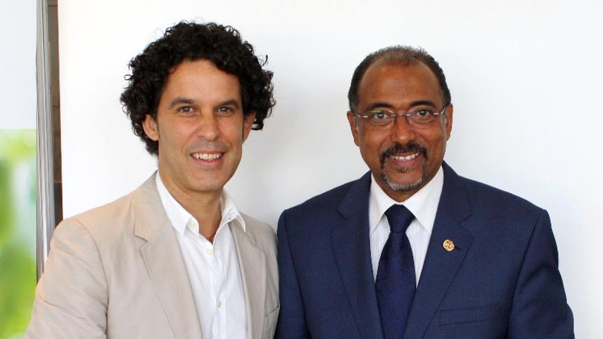 Michel Sidibé confirmando a Pedro Zerolo como embajador del Programa Conjunto de las Naciones Unidas sobre el VIH/sida para el Caribe y Latinoamérica, en julio de 2010
