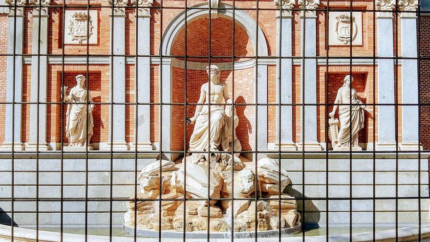 La Fuente del Lozoya confinada tras de la reja. Un gran símbolo de Chamberí   ÁNGEL ALDA