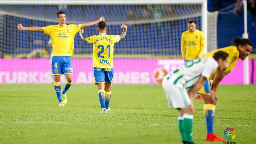 Los jugadores de la UD Las Palmas Vicente y Jonathan Viera celebran la victoria frente al Real Betis en el Estadio de Gran Canaria.