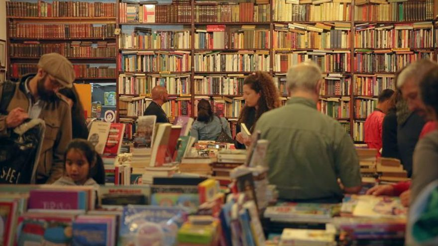Personas visitan una librería.