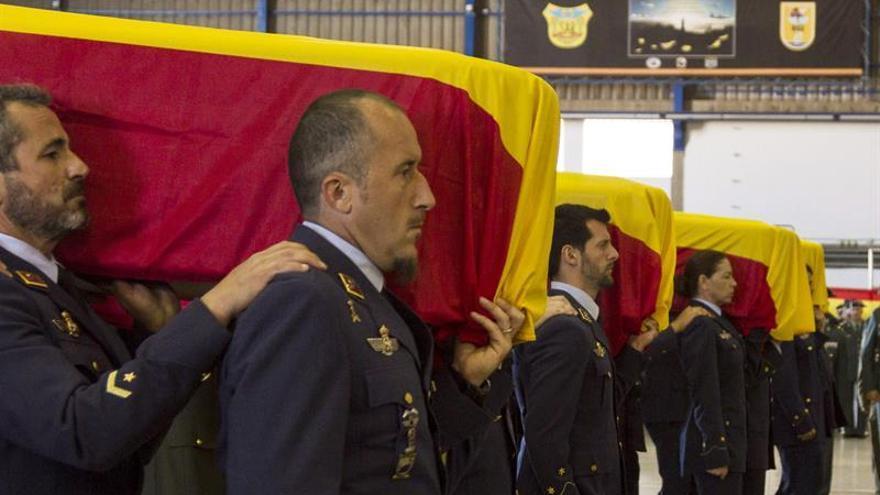 Compañeros de los cuatro militares fallecidos el pasado 19 de marzo, pertenecientes al escuadrón 802 del Escuadrón del Servicio Aéreo de Rescate (SAR) portan sus feretros en el funeral celebrado en la Base Aérea de Gando, en Gran Canaria. EFE/Ángel Medina G