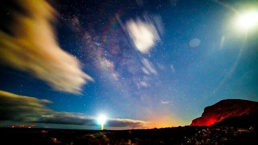 La Salemera, en Villa de Mazo, con la Vía Láctea acompañada de la Luna y el faro fue el pasado 13 de octubre Imagen del Día de las Ciencias la Tierra.