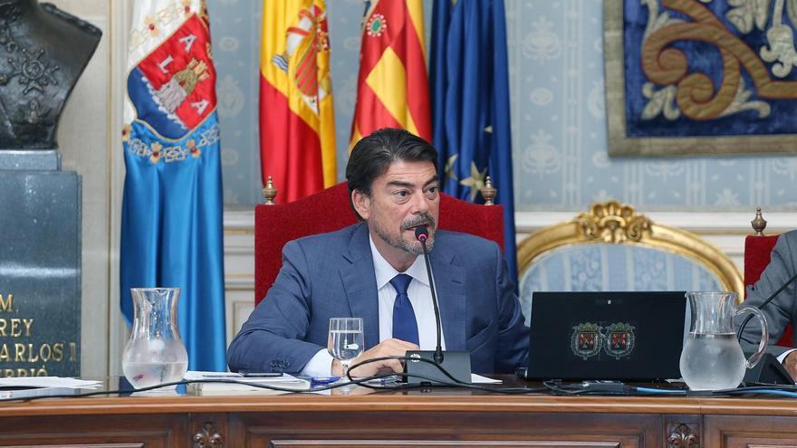 El alcalde de Alicante, Luis Barcala, preside una sesión plenaria