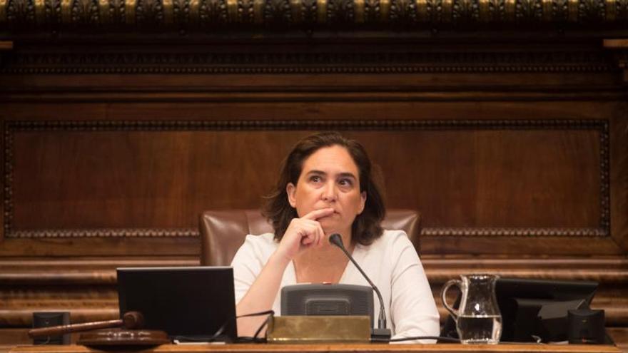 Ada Colau abandona el pleno por una indisposición de carácter leve
