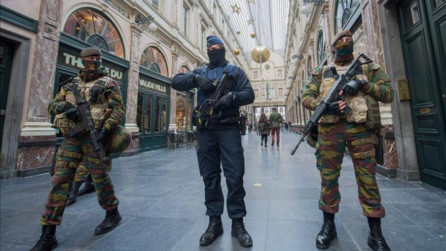 Bruselas mantiene el nivel de máxima alerta por atentados Policía y soldados de guardia en Bruselas, Bélgica. EFE