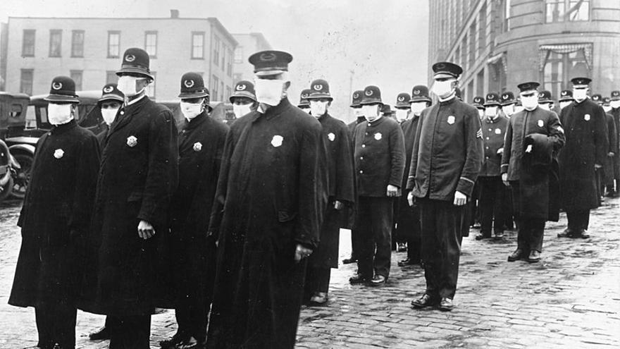 La policía de Seattle, Estados Unidos, con mascarillas hechas por la Cruz Roja durante la pandemia de 1918