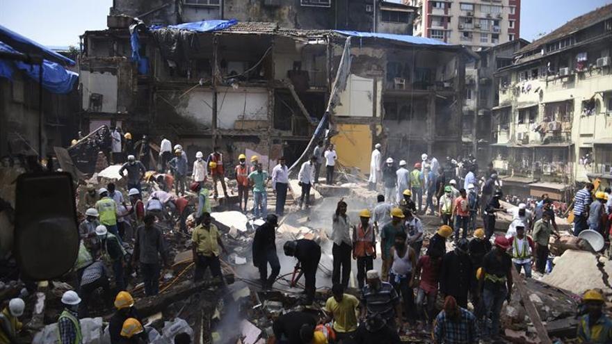 Al menos 8 muertos y 10 desaparecidos en un derrumbe en Bombay