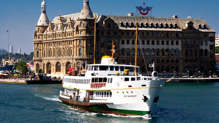 Un transbordador de IDO entra en el puerto de Usküdar, en la costa asiática de Estambul. VIAJAR AHORA