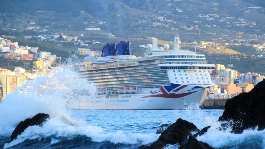 El buque Britannia, este viernes, en el Puerto de Santa Cruz de La Palma. Foto: JOSÉ AYUT.