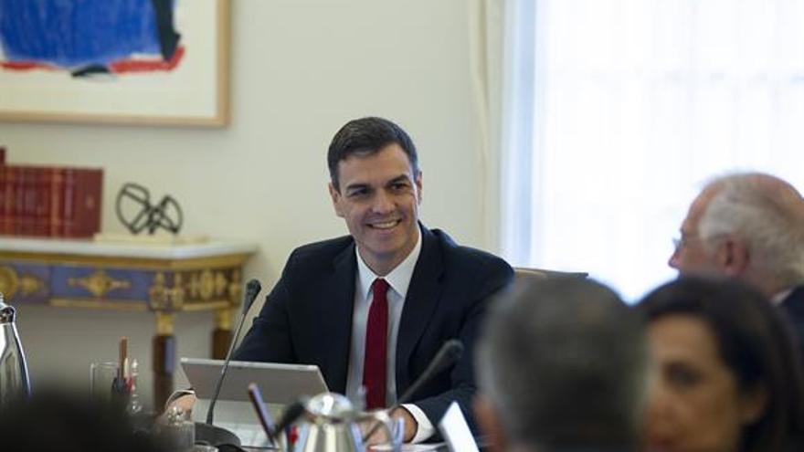 El presidente del Gobierno, Pedro Sánchez, antes de comenzar la reunión del Consejo de Ministras y Ministros en La Moncloa.