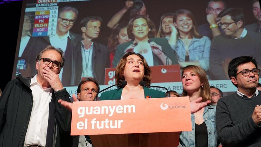 Ada Colau, escudada por Joan Subirats y Gerardo Pisarello en la sede electoral de los 'comuns'