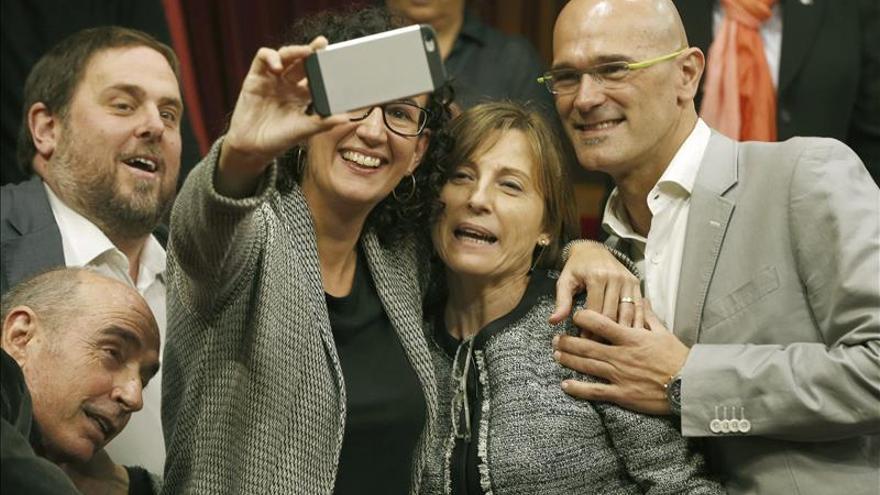 Marta Rovira sostiene su teléfono para hacerse un 'selfie' con Forcadell, Junqueras y Romeva en el Parlament