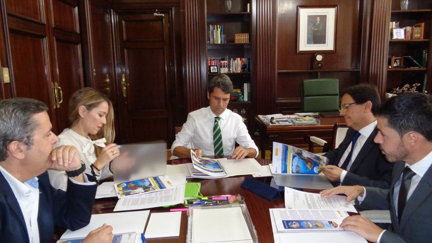 Comisión bilateral de seguimiento del convenio, que ha presidido el delegado del Gobierno en Canarias, Enrique Hernández Bento.