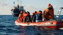 Macron anuncia que ocho países de la UE participarán en un mecanismo para reubicar a migrantes rescatados