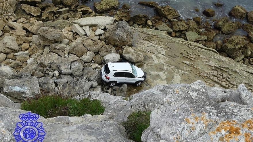 Detenidos tres jóvenes por robar un coche de un garaje y despeñarlo por un acantilado de La Maruca
