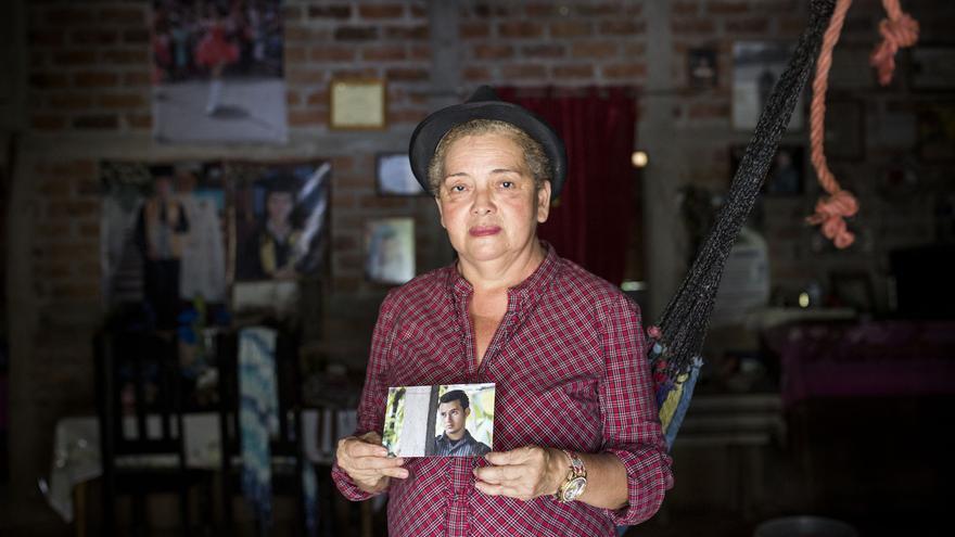 La finca de la señora Lidia quedó sin agua por culpa de la industria de la minería en El Salvador. Debido a su fuerte rechazo público contra estas multinacionales mineras, fue amenazada varias veces hasta que la tarde del 30 junio de 2012 asesinaron a su hijo a pocos metros de su hogar. En marzo de 2017, el Gobierno salvadoreño aprobó una ley que prohíbe la industria minera metálica en su territorio.