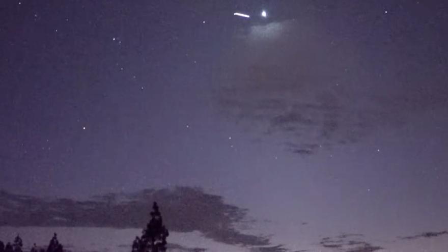 Captura del vídeo de los satélites 'Starlink' por el cielo de La Palma, grabado desde el Llano de Las Brujas (El Paso), en la que se señala, con una estela, uno de los aparatos.