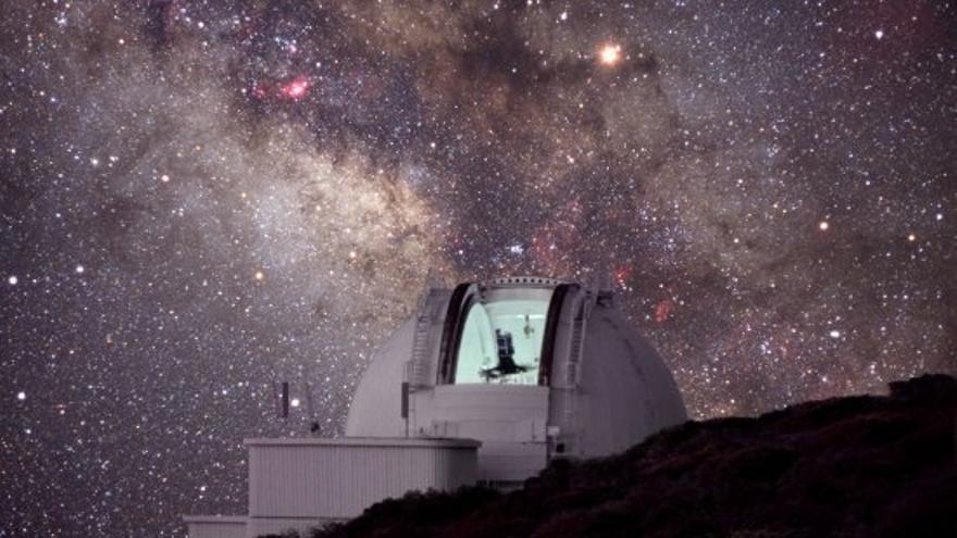 Imagen de larga exposición del Telescopio Isaac Newton (INT), situado en el Observatorio de El Roque de Los Muchachos, con la Vía Láctea y el cielo estrellado. Crédito: IAC.