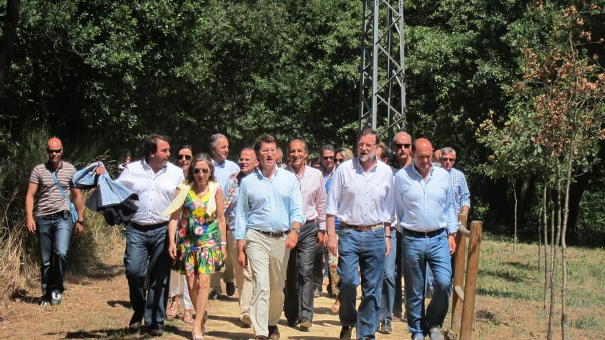 El presidente del Gobierno, arropado por Pastor y Feijóo, pasea por un sendero del Umia en el final de vacaciones