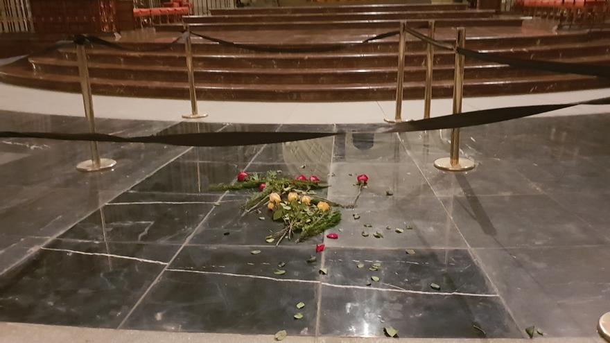 Flores amarillas y rojas sobre las losas nuevas tras la exhumación de Franco en el Valle de los Caídos