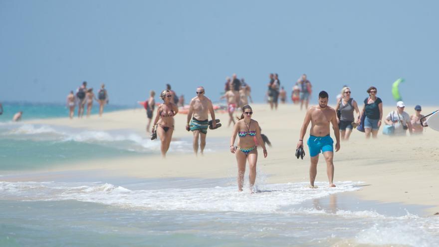 Turistas en la playa de Sotavento, en Fuerteventura (AYUNTAMIENTO DE PÁJARA)