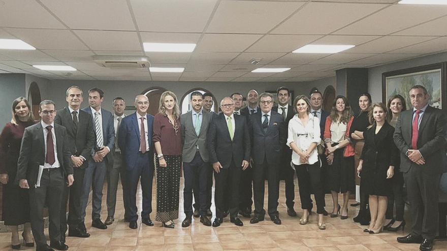 El vicepresidente de Binter, Rodolfo Núñez, y Alfredo Morales, consejero delegado, firmaron el pasado viernes en Gran Canaria el acuerdo con representantes de cinco entidades bancarias.